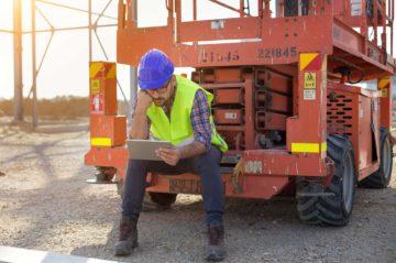 Ouvrier sur un chantier assis