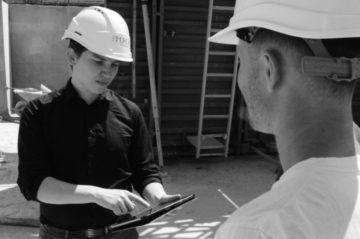Ouvriers de chantier regardant une tablette